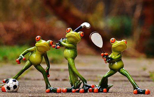 Frogs athletes figurines