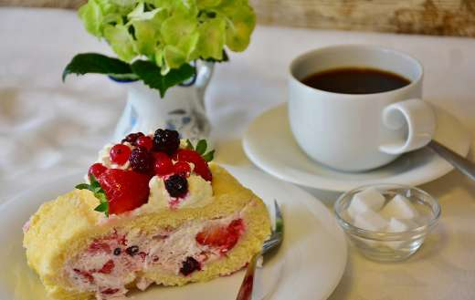 Strawberry roll with coffee