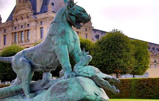 Tigre terrassant un crocodile statue Tuileries garden